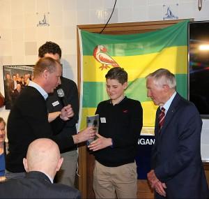 Mark overhandigt het eerste exemplaar van 'Reinier Paping. Held van de Elfstedentocht' aan Olivier, een kleinzoon van Reinier Paping.